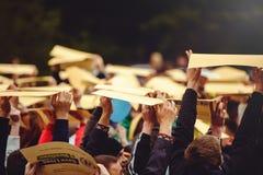 La gente con il flashmob dei segni Fotografie Stock