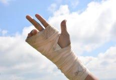 La gente con il polso fa soffrire in una fasciatura elastica immagine stock libera da diritti