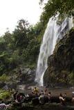 La gente con l'alta cascata Immagini Stock Libere da Diritti