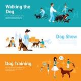 La gente con l'insieme dell'insegna dei cani Fotografia Stock