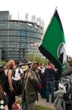 La gente con la maschera anonima durante la dimostrazione contro Monsanto e il transatlantique t Immagini Stock Libere da Diritti