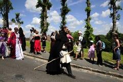 La gente con la mascherina del mostro in festa medioevale Immagini Stock