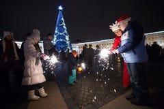 La gente con la notte di San Silvestro delle stelle filante Immagini Stock Libere da Diritti
