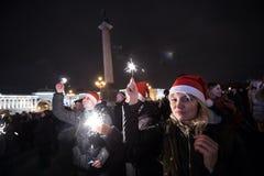 La gente con la notte di San Silvestro delle stelle filante Fotografia Stock