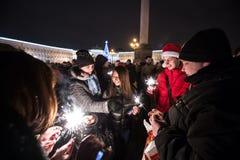 La gente con la notte di San Silvestro delle stelle filante Fotografia Stock Libera da Diritti