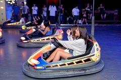 La gente con le automobili di paraurti al festival del sonar Fotografie Stock