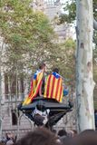 La gente con le bandiere durante la dichiarazione di indipendenza catalana Immagini Stock