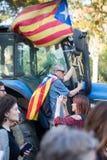 La gente con le bandiere durante la dichiarazione di indipendenza catalana Fotografie Stock Libere da Diritti