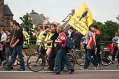 La gente con le bandiere durante la dimostrazione contro Monsanto e il transatlantique ha curato le FO Fotografia Stock