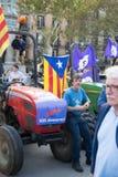 La gente con le bandiere ed i trattori durante la dichiarazione di indipendenza catalana Fotografia Stock Libera da Diritti