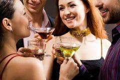 La gente con le bevande alcoliche Fotografie Stock