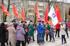 La gente con le grandi e piccole bandiere Fotografia Stock Libera da Diritti