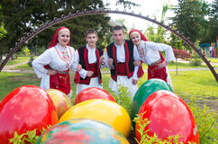 La gente con los trajes tradicionales de la región celebra Pascua Foto de archivo