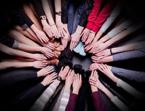 La gente consigue las manos combinadas juntas foto de archivo