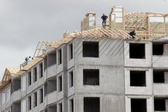 La gente construye el tejado de madera Imagen de archivo