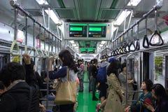 La gente coreana utiliza el subterráneo para viajar a las diversas ubicaciones Foto de archivo