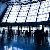 La gente in corridoio blu nel centro commerciale Fotografia Stock