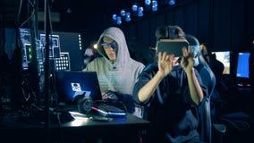 La gente corta el sistema, usando los vidrios de VR, cierre para arriba almacen de video