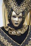 La gente in costume veneziano di carnevale in un costume variopinto di carnevale ed in una maschera marroni, neri e dell'oro Vene Fotografia Stock Libera da Diritti