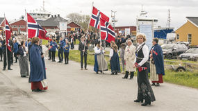 La gente in costumi regionali norvegesi variopinti Fotografia Stock