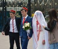 La gente in costumi tradizionali di nozze di Caucaso di nozze Immagine Stock Libera da Diritti