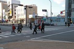 La gente cruza el camino en el paso de peatones en la ciudad de Nara Fotos de archivo libres de regalías