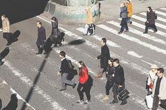 La gente cruza la intersección delante de Osaka Station Fotos de archivo