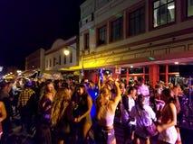 La gente cuelga hacia fuera y va de fiesta en la calle en Chinatown fotos de archivo libres de regalías