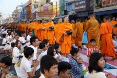 La gente da ofrendas de la comida a 12.357 monjes budistas Imagen de archivo libre de regalías