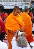La gente da ofrendas de la comida a 12.357 monjes budistas Imágenes de archivo libres de regalías