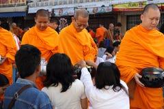 La gente da ofrendas de la comida a 12.357 monjes budistas Fotos de archivo libres de regalías