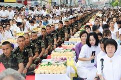 La gente da ofrendas del alimento a a Foto de archivo libre de regalías