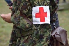 La gente dai militari della croce rossa Immagini Stock