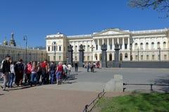La gente davanti al museo russo a St Petersburg, Russia Fotografia Stock