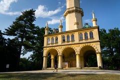 La gente davanti all'allerta romantica del minareto di Lednice si eleva Fotografia Stock Libera da Diritti