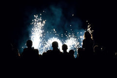 La gente davanti all'fuochi d'artificio Fotografia Stock