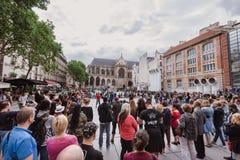 La gente davanti alla fontana di Stravinsky vicino al centro di Pompidou fotografia stock