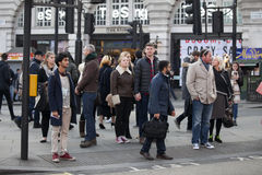 La gente de diversas nacionalidades va en la acera Una muchedumbre abigarrada hace Londres el lugar único Fotografía de archivo