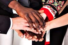 La gente de diversas nacionalidades y religiones lleva a cabo las manos Foto de archivo libre de regalías