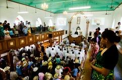 La gente de Islands del cocinero ruega en CICC la iglesia Fotografía de archivo libre de regalías
