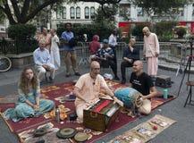 La gente de Krishna de las liebres canta en la 14ta calle y Union Square NYC Fotografía de archivo libre de regalías