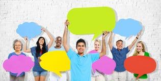 La gente de la diversidad que lleva a cabo discurso colorido burbujea concepto Imagenes de archivo