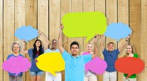 La gente de la diversidad que lleva a cabo discurso colorido burbujea concepto Imagen de archivo