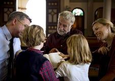 La gente de la iglesia cree concepto religioso de la fe fotos de archivo