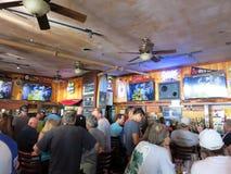La gente de la muchedumbre mira el juego de Superbowl en la barra de Lulu icónica imágenes de archivo libres de regalías