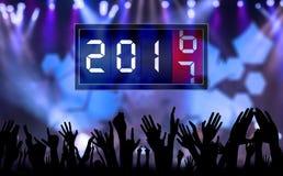 La gente de las manos de la muchedumbre celebra Año Nuevo Imagenes de archivo