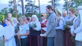 La gente de los cantantes del folclore con ropa nacional canta la canción popular metrajes
