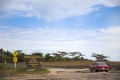 La gente de los viajeros que conduce el coche rojo va abajo de la montaña en el parque nacional de Pha Taem Fotos de archivo