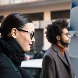 La gente de moda en el ` s de Milan Men forma semana Foto de archivo