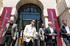 La gente de moda en el ` s de Milan Men forma semana Fotos de archivo